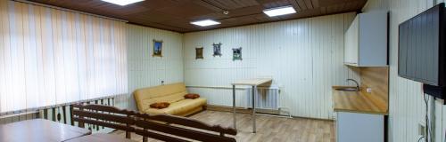 Комната отдыха с встроенным кухонным гарнитуром, караоке, диван